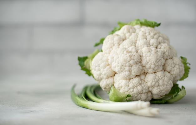 Świeży kalafior z zieloną cebulą