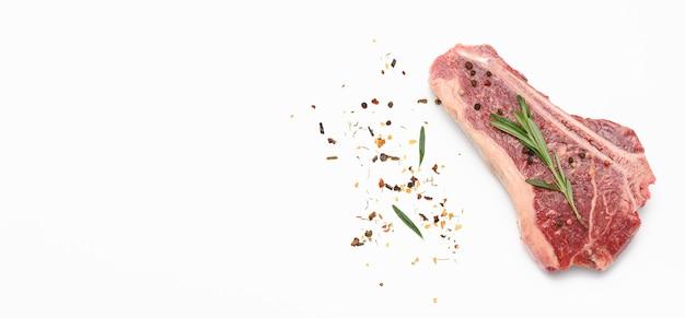 Świeży kawałek surowego mięsa wołowego, stek z rostbefu, widok z góry, miejsce na kopię