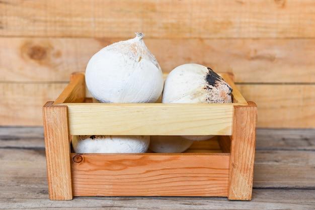 Świeży kokos do jedzenia w drewnianym pudełku i na drewnianym stole