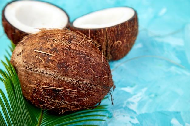 Świeży kokos na niebieskim tle. leżał na płasko.