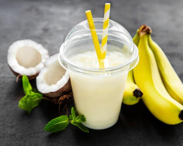 Świeży koktajl alkoholowy pina colada podawany na zimno z kokosem i bananem