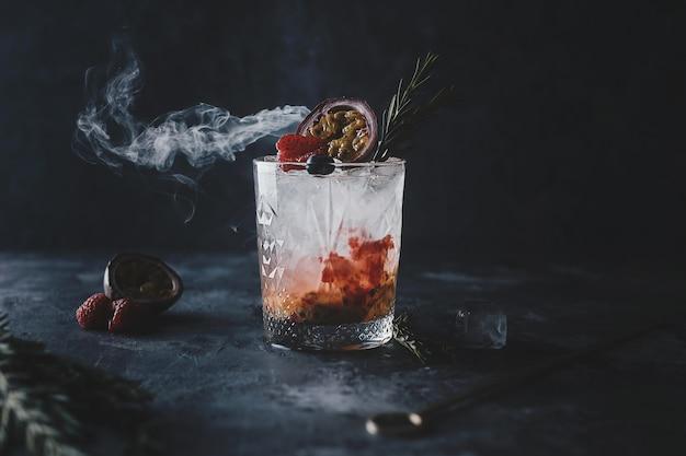 Świeży koktajl maracuya z sokiem