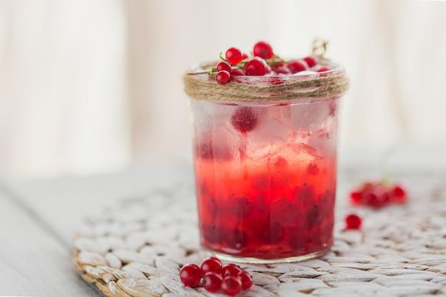 Świeży koktajl z czerwonych porzeczek w szklanym słoju