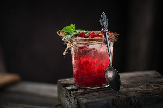 Świeży koktajl z czerwonych porzeczek w szklanym słoju.