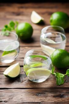 Świeży koktajl z limonką i miętą