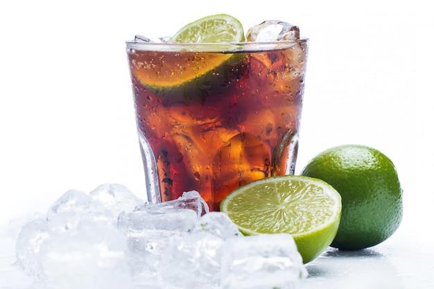 Świeży koktajl z napojem cola i limonką