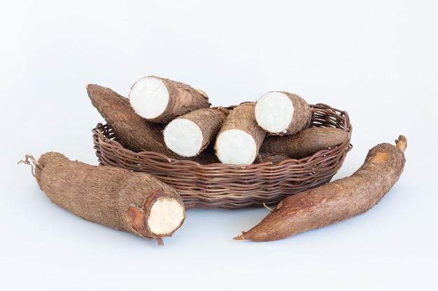 Świeży korzeń manioku na białym tle.