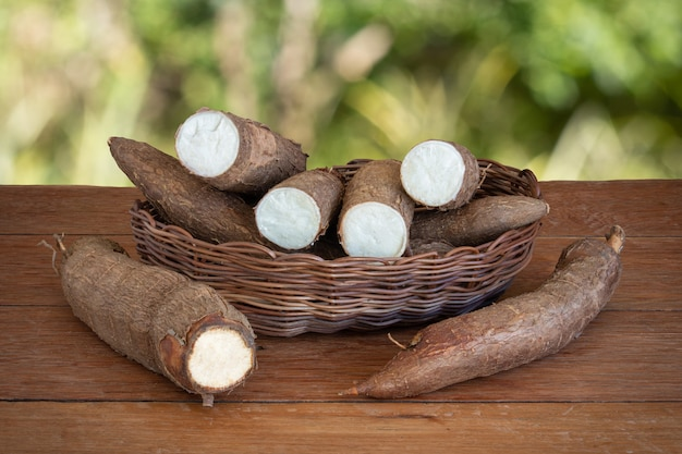 Świeży korzeń manioku na drewnianym stole