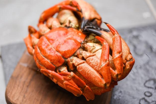 Świeży krab na desce do przygotowywania gotowanej żywności