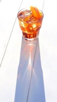 Świeży kubek wermutu z sodą w słoneczny dzień