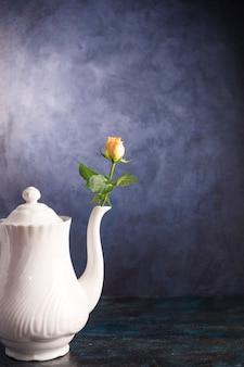 Świeży kwiat w rocznika czajniczku