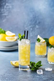 Świeży letni koktajl z cytrynami