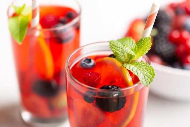 Świeży letni napój jagodowy z cytryną i miętą