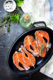 Świeży łosoś i składniki do gotowania przypraw do oliwy prawidłowe odżywianie skopiuj miejsce