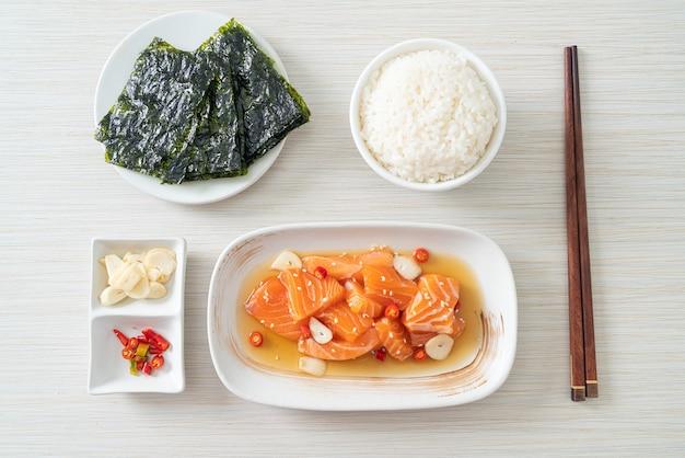 Świeży łosoś surowy marynowany shoyu lub sos sojowy marynowany w łososiu - azjatyckie jedzenie