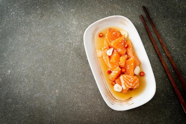 Świeży łosoś surowy marynowany shoyu lub sos sojowy marynowany w łososiu - kuchnia azjatycka