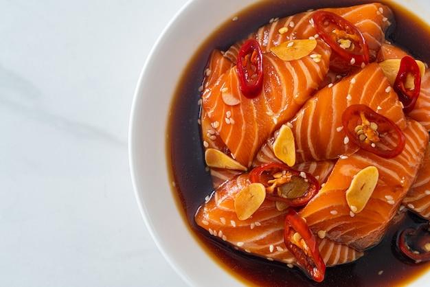 Świeży łosoś surowy marynowany w sosie shoyu lub sosie sojowym