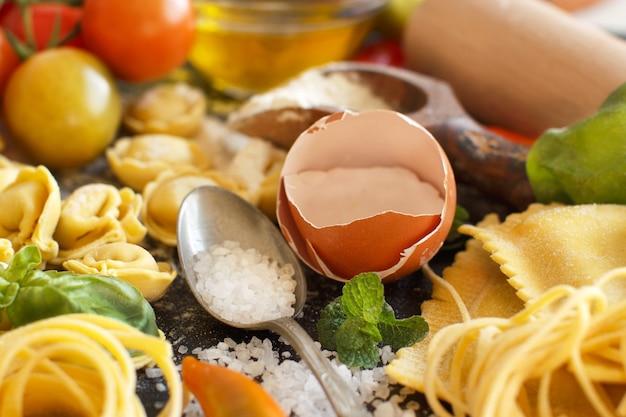 Świeży makaron i składniki z bliska