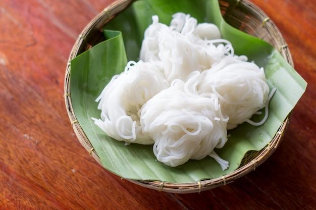 Świeży makaron ryżowy, zwykle spożywany z curry.