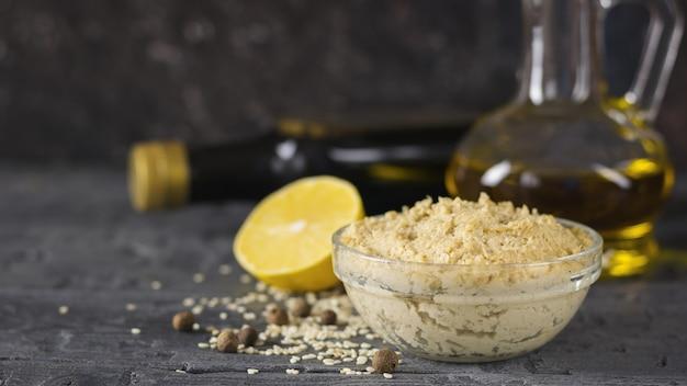 Świeży makaron tahini z nasion sezamu z oliwą z oliwek i sokiem z cytryny.