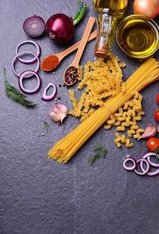 Świeży makaron z przyprawami i warzywami