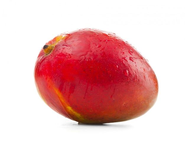 Świeży mango na białym tle