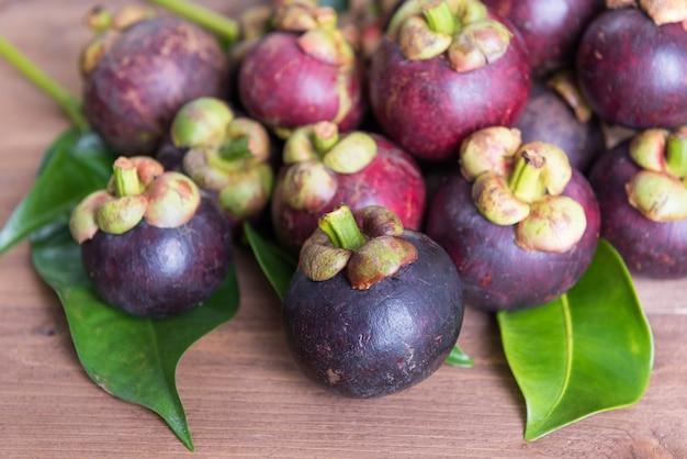 Świeży mangostan fruie na drewnianym stole