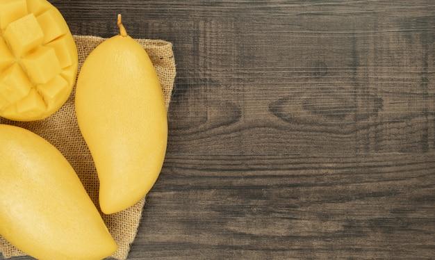 Świeży mangowy odgórny widok. drewniane tła i miejsca kopiowania do dodawania tekstu.
