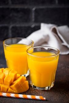 Świeży mangowy sok na ciemnym tle