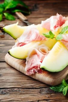 Świeży melon i hiszpański hamon