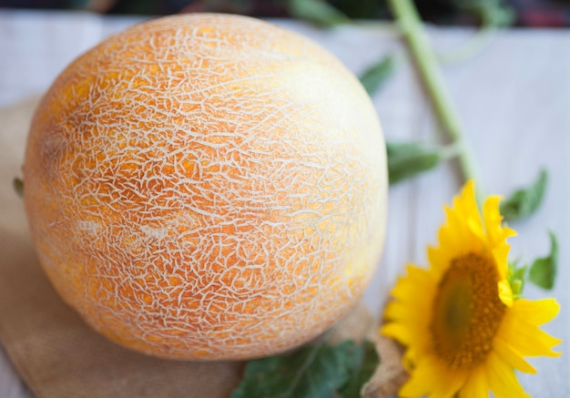 Świeży melon na stole