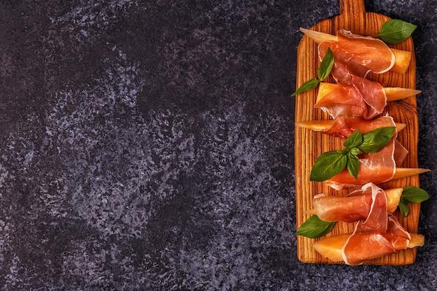 Świeży melon z prosciutto i bazylią.