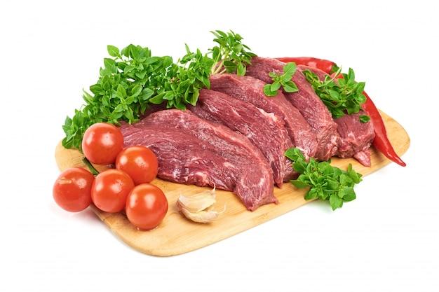 Świeży mięso na bielu odizolowywającym