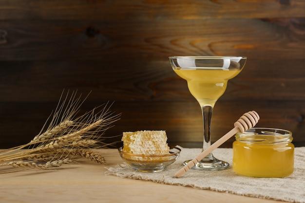 Świeży miód jest na podłoże drewniane