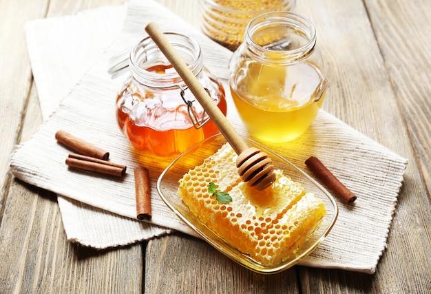 Świeży miód na drewnianym stole