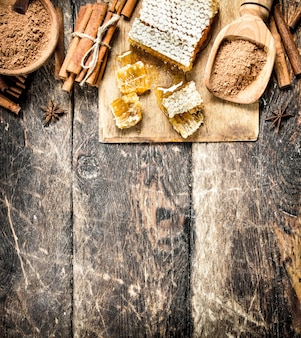 Świeży miód z cynamonem. na drewnianym tle.