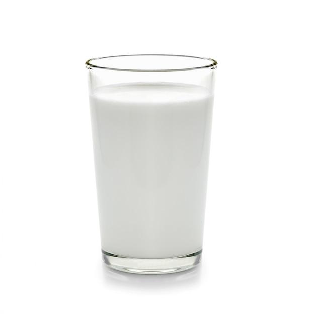 Świeży mleko w szkle na białym tle
