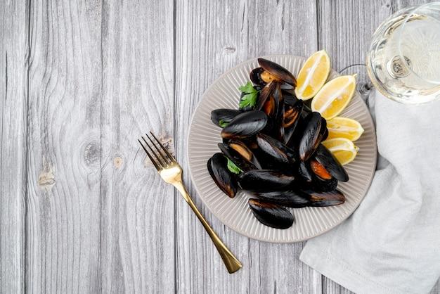 Świeży mussels naczynie na drewnianym stole