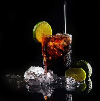 Świeży napój cola z zieloną limonką