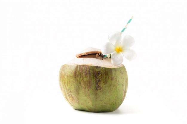 Świeży napój kokosowy z kwiatem plumeria i papierową słomką