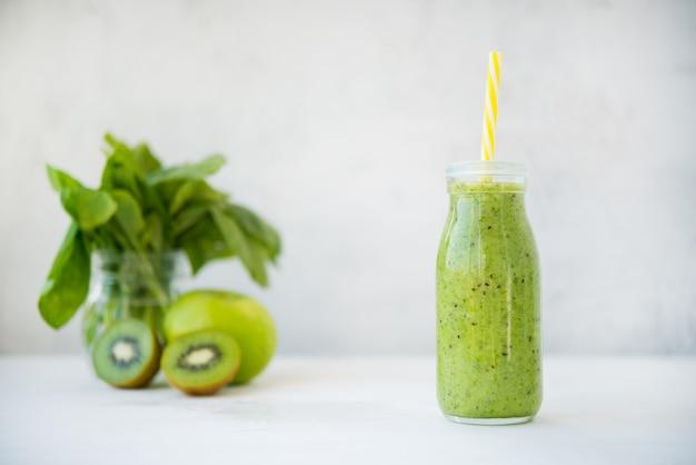 Świeży napój koktajlowy wegetariański w szklanej butelce zielonych owoców i warzyw. kopia miejsca