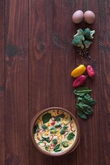 Świeży omlet przygotowany z warzywami i szpinakiem