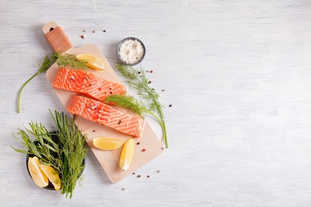Świeży organicznie łososiowy przygotowywający dla gotować