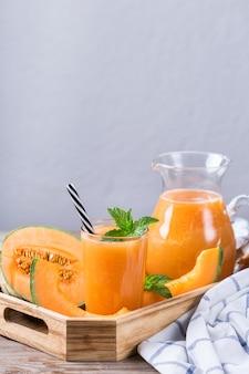 Świeży organiczny koktajl z kantalupa z melonem na kuchennym stole