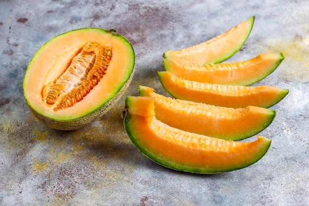 Świeży organiczny melon kantalupa.