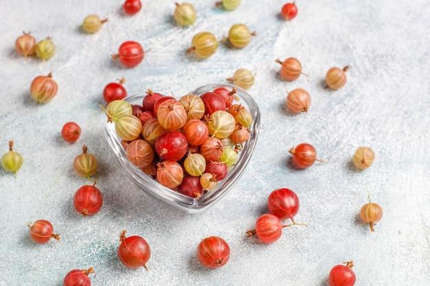 Świeży organiczny słodki agrest w misce