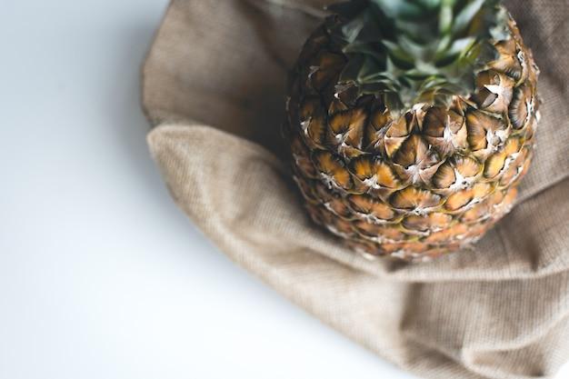 Świeży ostry ananas z białym tłem