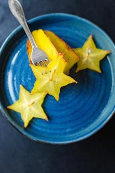 Świeży owoc karamboli pokrojony w plastry gotowe do spożycia