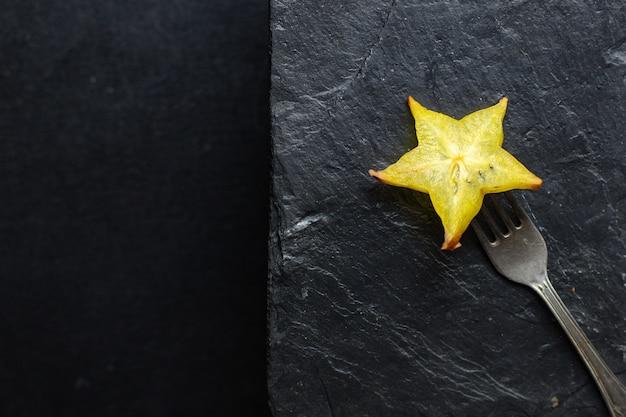 Świeży Owoc Karamboli Pokrojony W Plastry Gotowe Do Spożycia Premium Zdjęcia