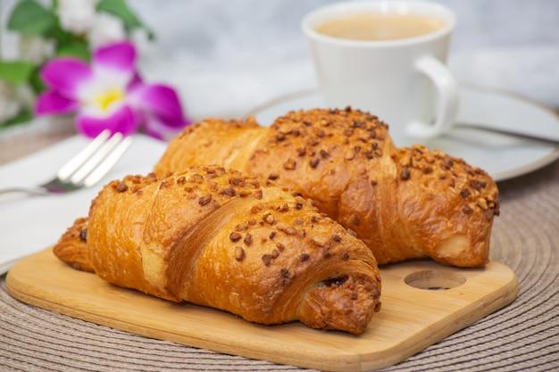 Świeży pachnący chleb i piękny kwiat kawy to dobre śniadanie dla ciała na stole.
